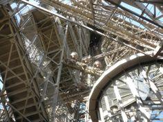 hier kun je zien hoe je op de eiffeltoren op  kan kan en voor de gehanykapte is er een lift