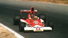 James Hunt s McLarenem (Velká cena JAR) James Hunt, Formula 1, F1, Race Cars, Racing, Culture, Motorbikes, Historia, Auto Racing