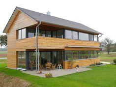 Haus Ohmden gefällt durch eine großzügige Verglasung im Wohnbereich und in den Räumen im Obergeschoss.