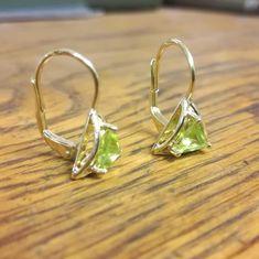 Náušnice zo žltého zlata s olivínmi. V stálej ponuke ich máme so zirkónmi, naša zákazníčka nás oslovila, či by sa nedali vyrobiť s olivínmi. Podľa mňa sú nádherné. #vysperkujtesa #zlatnictvo #zlato #sperky #nausnice #olivin #gold #jewerly #earrings #olivine #jewerly Nasa, Earrings, Gold Rings, Instagram, Jewelry, Ear Rings, Stud Earrings, Jewlery, Jewerly