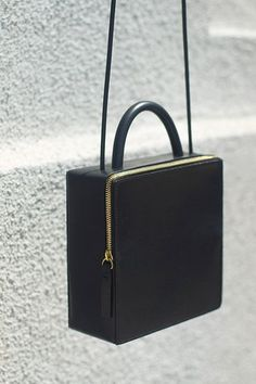 Los Angeles-based Building Block has yet again delivered a collection of bags that redefines functional pieces into an elegant minimalism. Love this black leather piece. Michael Kors Clutch, Michael Kors Outlet, Michael Kors Designer, Kelly Bag, Bag Sewing, Boxy Crop Top, Crop Tops, Fashion Accessories, Women Accessories