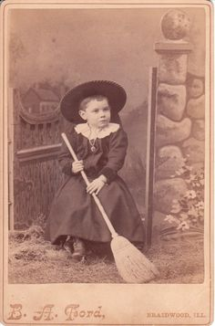 Child witch in Braidwood, Illinos. The necklace and the bracelet favors the likelihood that the child is a girl. The photographer of this cabinet card was B. Retro Halloween, Halloween Fotos, Halloween Prints, Halloween Costumes, Halloween Stuff, Halloween Ideas, Whimsical Halloween, Witch Costumes, Halloween Makeup