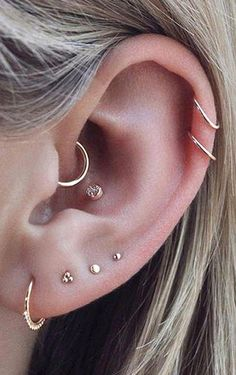 Trending Ear Piercing ideas for women. Ear Piercing Ideas and Piercing Unique Ear. Ear piercings can make you look totally different from the rest. Tragus Piercings, Percing Tragus, Piercing Oreille Cartilage, Piercing Snug, Piercing Conch, Ear Peircings, Conch Earring, Cute Ear Piercings, Cartilage Hoop