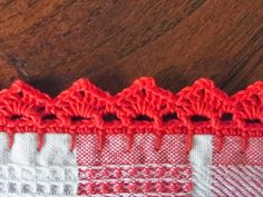 If you looking for a great border for either your crochet or knitting project, check this interesting pattern out. When you see the tutorial you will see that you will use both the knitting needle and crochet hook to work on the the wavy border. Crochet Towel, Crochet Hook Set, Crochet Trim, Love Crochet, Beautiful Crochet, Diy Crochet, Crochet Crafts, Crochet Projects, Crochet Ideas
