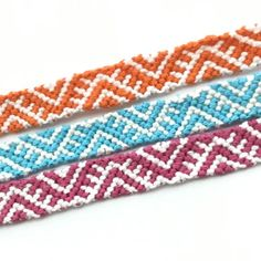 Friendship bracelet photos of Learn how to make friendship bracelets of threads or yarn, and start tying today! String Bracelet Patterns, Diy Bracelets Patterns, Thread Bracelets, Embroidery Bracelets, Braided Bracelets, Bracelet Designs, String Bracelets, Loom Bracelets, Macrame Bracelets