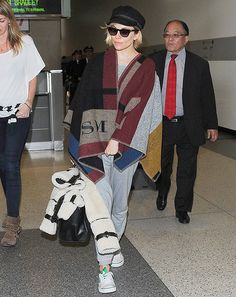 British style star Sienna Miller gave her casual jet-setting look a high-fashion spin with the monogrammed Burberry Prorsum blanket poncho. Burberry Poncho, Sienna Miller Style, Girls Poncho, Celebrity Travel, Blanket Poncho, Inspirational Celebrities, Love Her Style, Celebrity Dresses, Star Fashion