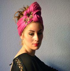 Vuelven esta Primavera los turbantes  de sinamay seda, esta vez en la Colección Indía . Esta colección está inspirada en un libroque ...