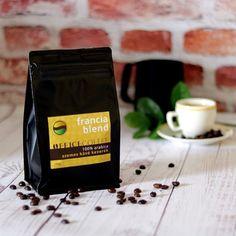 Selymesen kakaós 100% arabica keverék gyönyörű közép barna kávészemek. PONT NEKED való ha a könnyed harmonikus kávé ízt keresed. Eszpresszónak elkészítve sem keserű de ízletes tejeskávénak is derekasan megállja a helyét.   Stabil talpas visszazárható tasakban.   Webáruházunkban megtalálod a tejkiöntőt és az eszpresszó csészét is!   Indítsd a kézműves OfficeCoffee kávékkal a napod és használd az #igykavezom és az #amiértérdemesfelkelned hashtageket.  . . . . #kávé #kávézás… Jamaica, Tea, Coffee, Drinks, Instagram, Gourmet, France, Bridge, Kaffee