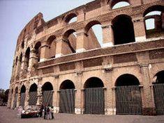 O Coliseu é um anfiteatro romano que expressa a arte do período.