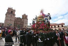 Foto de la Virgen de la Candelaria por las calles principales de Puno durante su festividad.