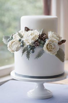 Beautiful Winter White Cake With Acorns ... Always check the web page for 5 perfect appearances using a majority of these charming white dress check http://topfashiondesigners.us/5-perfect-looks-with-white-dress/
