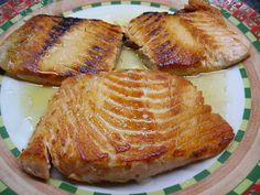 Salmon a La Plancha Con Miel De Agave Ingredientes: Filete de Salmón Mantequilla Miel de Agave  Como preparar: Poner mantequilla en el sartén, una vez que esté caliente poner el salmón entre 7 y 10 minutos, agregar la Miel de Agave y voltear (unos 5 minutos). Poner un poco más de Miel de Agave, 2 minutos más a fuego lento y se servir acompañado de arroz integral.  Receta cortesía de Yax Pax La Tiendita Orgánica, Cancún
