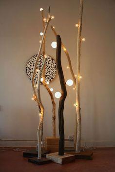 Lámparas de pie modernas hechas con ramas de árbol.