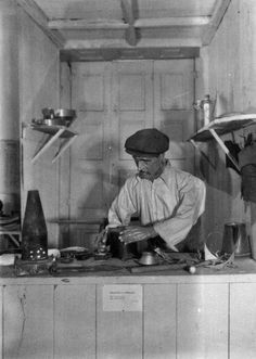 Etnografia em imagens: Profissões antigas - O Latoeiro Old Pictures, Lisbon, Vintage Photos, Vikings, Nostalgia, The Past, Old Things, Black And White, Painting