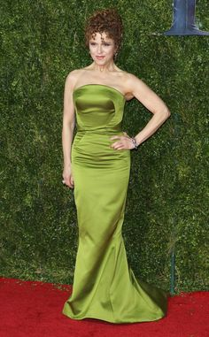 (SHE DOESN'T AGE!)    She turns heads in a chartreus Zac Posen design.