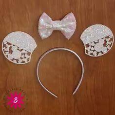 DIY Mouse Ears Headband This headband will have you smiling ear to ear. Disney Diy, Diy Disney Ears, Disney Mickey Ears, Disney Crafts, Disney Bows, Handmade Headbands, Diy Headband, Ear Headbands, Diy Hair Bows
