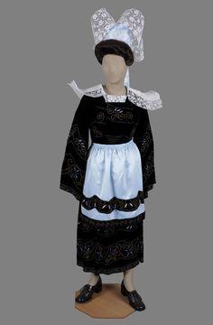 Costume de mariage de Fouesnant (1937) La coiffe de Fouesnant compte quatre ailes, contrairement à celle portée par Marie Even, de Nizon.