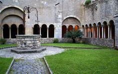 Norma, Lazio   Abbazia di Valvisciolo, Kreuzgang - cloister - chiostro   Die Abtei Valvisciolo liegt einsam in einem Tal zwischen Sermoneta, Ninfa und Latina Scalo. Die Abtei geht auf eine Gründung durch griechische Mönche im 8. Jahrhundert. zurück. Im 13. Jahrhundert wurde sie vom Templerorden übernommen und restauriert und nach der Auflösung dieses Ordens ging sie Anfang des 14. Jahrhunderts in den Besitz der Zisterzienser über.