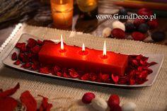 Potrójna świeca rustykalna w aranżacji z czerwonym potpourri.