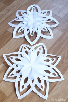 Ohje: Lumihiutale paperista 3D Office Christmas Decorations, Christmas Crafts For Gifts, Christmas Ornament Crafts, Christmas Paper, Decoration Evenementielle, Paper Decorations, 3d Snowflakes, Paper Flowers Craft, Paper Crafts Origami