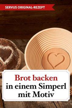 Knusprig und unwiderstehlich gut – so muss ein selbst gebackenes Brot schmecken. Einfach nur mit Butter bestreichen und den herrlichen Geschmack genießen. Wer Eindruck machen möchte, lässt den Brotteig in einem Gärkorb mit Motiv aufgehen. Wie das geht, verraten wir im Video. #brotbacken #tagdesbrotes #roggenbrot #brotmitmotiv #gärkorb #rezepte #rezeptideen #ichliebeessen #österreich #österreichischeküche #kochen  #servus #servusmagazin #servusinstadtundland Videos, Cooking, Diy, Rye Bread