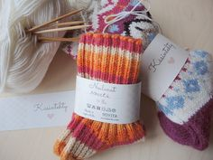 Askartele vyöte neulelahjoille! Lataa vyötetiedosto Knitting Socks, Knitted Hats, Handicraft, Mittens, Knit Crochet, Diy And Crafts, Knitting Patterns, Gift Wrapping, Sewing