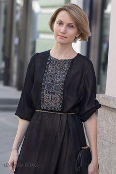 Классическое двухслойное платье LEVADNAJA DETAILS: вышивка спереди и на спинке.