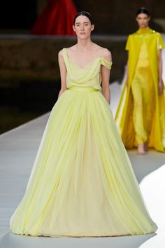 Valentino Fall Winter 2021-22 Haute Couture fashion show 'Valentino Des Ateliers' in Venezia, Italy (July 15, 2021). Valentino Couture, Fashion Show Collection, Couture Collection, Custom Wedding Dress, Prom Dresses, Formal Dresses, Haute Couture Fashion, Ideias Fashion, High Fashion