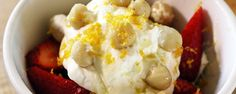 Fraises fraîches aux noix de Macadamia et à la crème fouettée | MUNCHIES