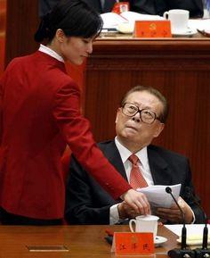2007年十七大,外媒给江在主席台的丑态定格! http://www.renminbao.com/rmb/articles/2014/9/10/60083-4.html