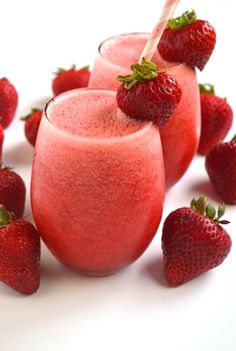 Sparkling Strawberry Lemonade is tart and full of strawberry and lemon flavors. The perfect refreshing beverage for a hot day! www.nutritionistreviews.com