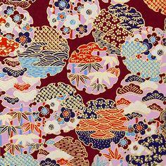 523. Chiyogami papír Rozměr: 15x15cm gramáž: 70g/m2 Jedná se luxusní Japonský papír ručně vyráběný metodou sítotisku. Výroba tohoto papíru má v Japonsku již mnohaletou tradici a dodnes se vyrábí v mnoha malých rodinných dílničkách po celém Japonsku. Chiyogami design byly původně navrženy pro výzdobu interiérů v domě, postupně se pak začaly přenášet i na kimona ...