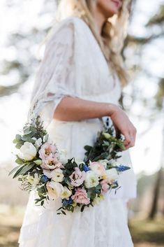 White Boho Love Hoop Bouquet Fotos: Julia Schick Brautkleid: Light & Lace Haare & Make Up: Brautliebe Blumen: Stielgebunden Papeterie: imi wedding Bridesmaid Flowers, Bride Bouquets, Bridal Flowers, Wedding Bridesmaids, Boquet, Hair Flowers, Bouquet Images, Alternative Bouquet, Floral Hoops