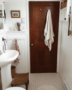 Are you searching for inspiration for farmhouse bathroom? Browse around this site for very best farmhouse bathroom ideas. This farmhouse bathroom ideas appears to be entirely brilliant. Ideas Baños, Decor Ideas, Decorating Ideas, Summer Decorating, Vintage Bathroom Decor, 1950s Bathroom, Vintage Bathrooms, Country Bathrooms, Dream Bathrooms