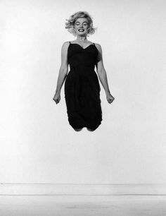 """Marylin Monroe en plein """"jump"""" by Philippe HALSMAN/ Magnum"""