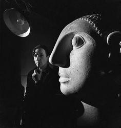 Entre Gulistan y Bostan - Emile Savitry.  Anton Prinner avec sa sculpture 'La Femme aux grandes oreilles,' dans son atelier, Rue Pernety, Paris, 1946