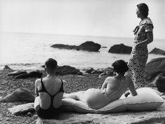 Tre amici in riva al mare in una spiaggia in Regno Unito, nel 1934. (Chaloner Woods/Getty Images)