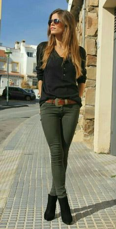RORESS Schrankideen Mode-Outfit Stil Bekleidung Black Top und Kh… RORESS cabinet ideas Fashion outfit Style clothing black top and khaki pants via Source Mode Outfits, Winter Outfits, Summer Outfits, Casual Outfits, Fashion Outfits, Fashion Clothes, Jeans Fashion, Dress Winter, Woman Outfits