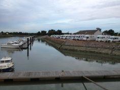 In Gravelines is een leuke camperplek aan de haven met het pittoreske centrum op loopafstand. Wij hebben hier twee keer gestaan tijdens onze reis langs de kust van Frankrijk. (Parking des Miaules, Rue du Port)