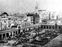 El mercado de abastos en su ubicación actual. El concepto era una plaza abierta porticada con los puestos enmedio.