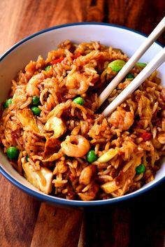 Singapore Fried Rice – a spicy fried rice dish and Chinese takeaway classic. Perfect for using up that bowl of leftover rice lurking in the fridge. Prawn Rice Recipe, Prawn Fried Rice, Prawn Recipes, Rice Recipes, Asian Recipes, Cooking Recipes, Healthy Recipes, Chinese Rice Recipe, Spicy Fried Rice Recipe