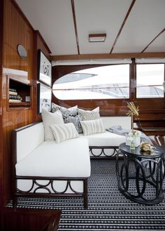 Boot Dekor, Cruiser Boat, Sailboat Interior, Leather Sectional Sofas, Ikea, Boat Design, Yacht Design, Small Room Bedroom, Rustic Design