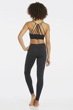 Get ready for a stretch session in our strappy, light support bra that regulates your body heat and our maximum compression leggings that keep it all in place. Post-studio, throw on an off-the-shoulder tee to help your body cool down. | Supernova Outfit - Fabletics