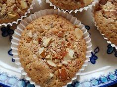 Kender du de små makronkager vi stornød i 80'erne og 90'erne? Du ved de små knasende, sprøde kager i muffinsforme, med konfekt/-marcipan-agtigmidte? Det er synd, at kagerne er gået i glemmebogen, de skal da findes frem igen :-) Tidligere på sommeren bagte jeg denne skønne variant: makronkager med rabarber - en total succes, hvor rabarberne gav en Danish Food, Sweets Cake, Mini Muffins, Recipes From Heaven, Food Cakes, Baking Cakes, Mini Cakes, Cakes And More, No Bake Cake