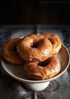 Making doughnuts at home is not difficult and these scrumptious cider doughnuts are worth the effort (in Spanish, translator on top bar) Profiteroles, Just Desserts, Delicious Desserts, Yummy Food, Croissants, Homemade Cider, Homemade Donuts, Yummy Treats, Sweet Treats
