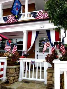 I love seeing how people show their colors and decorate for all to see and enjoy. Some like to decorate in vintage Americana, and others like a coastal feel.
