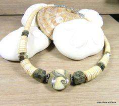 Collier mi-long, perle lentille à l'argent en verre filé au chalumeau, pyrite et bois de bambou : Collier par fabienne-durelle