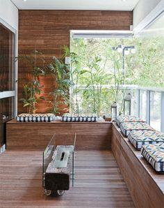 O banco em L aproveita a área junto ao guarda-corpo para acomodar bem os convidados. Construído com as mesmas tábuas de bambu prensado do piso (Neobambu), recebeu futons de lona estampada (Coquelicots) para ganhar conforto. Ao centro, a lareira móvel, da Ecofireplaces, utiliza um biofluido no lugar de lenha.