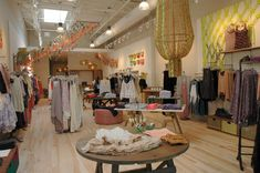 Why people love to shop in Desigual and Free People's Stores. Product merchandising and customer service lead to great experiences. Shop Display Stands, Shop Window Displays, Store Displays, Cafe Bench, Barn Layout, Shop Icon, Shop Organization, Free People Store, Shop Front Design