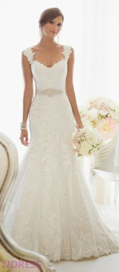 I am IN LOVE with this dress. If I was getting married anytime soon, I'd get something just like this #WeddingDresses